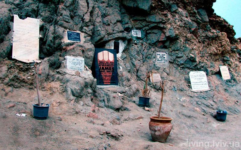 Меморіальна скеля загинувшим дайверам в Блю Хол