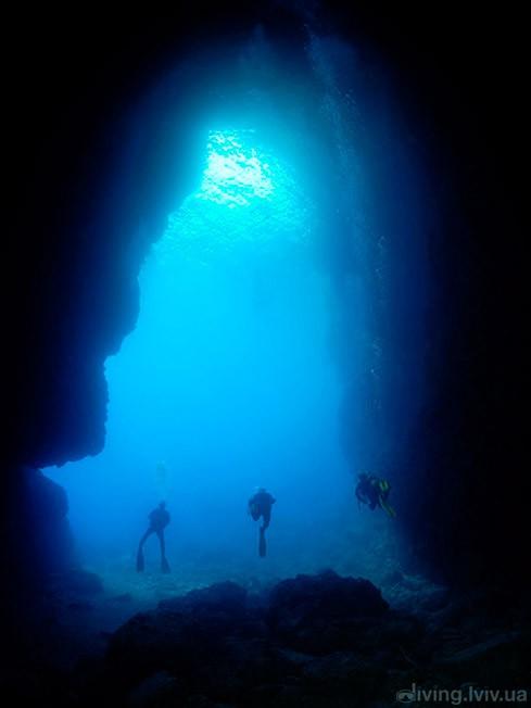 Голубий грот (італ. Grotta Azzurra — «лазуровий грот»)