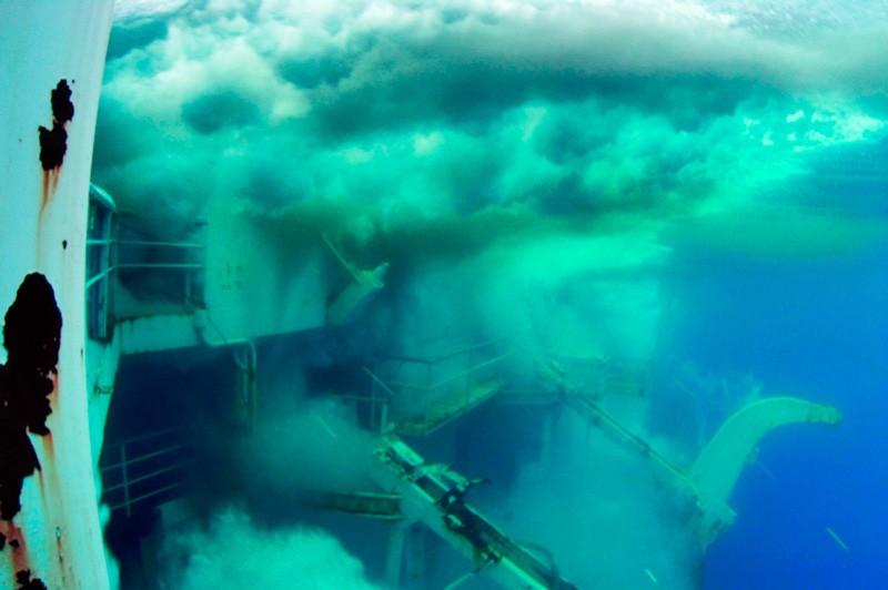 Фото з капітанському містку, показує потоки води, що ринули на судно «Генерал Хойт С. Ванденберг» після вибухів