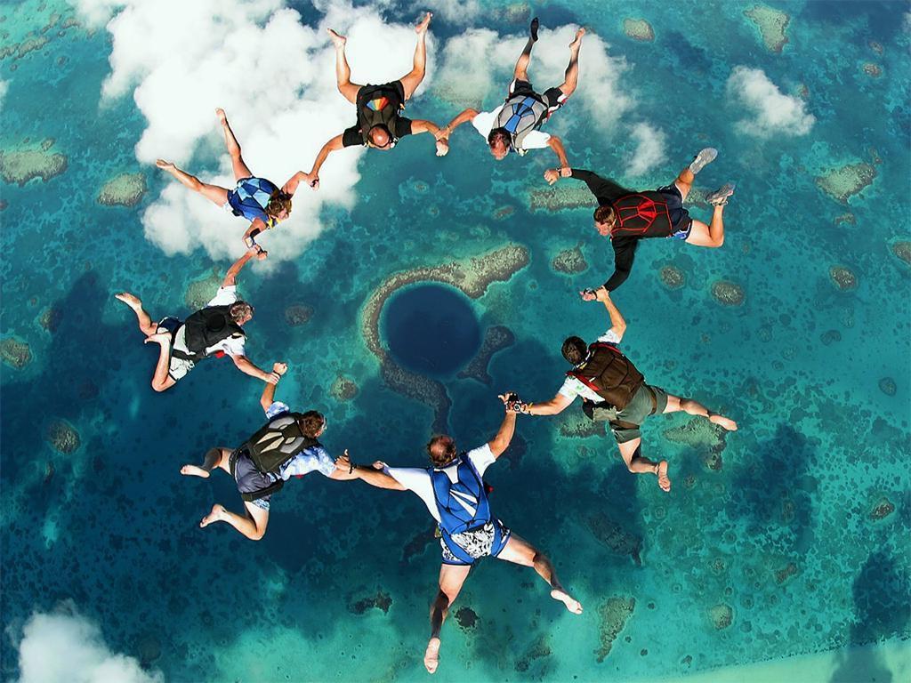 Парашутні стрибки над Великою Блакитною Дірою