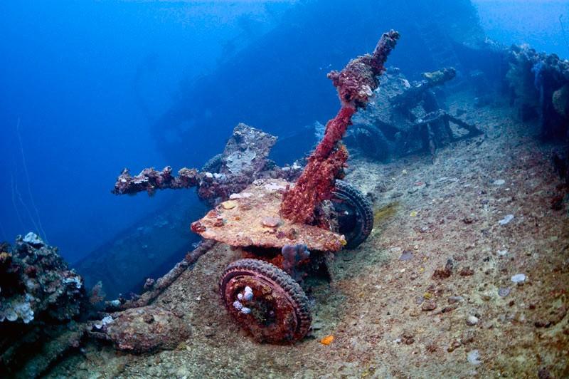 Зенітна гармата на плубі корабля в лагуні Трук