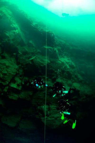 Технодайвери спускаються по вертикальниому тросі з вантажем на глибину 60 м