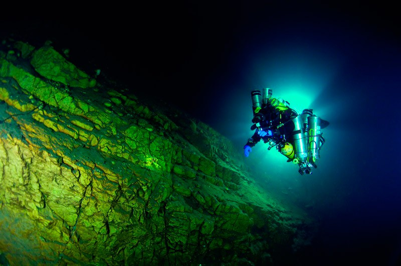 Технодайвер Мартін опускається на глибину нижче 100 м