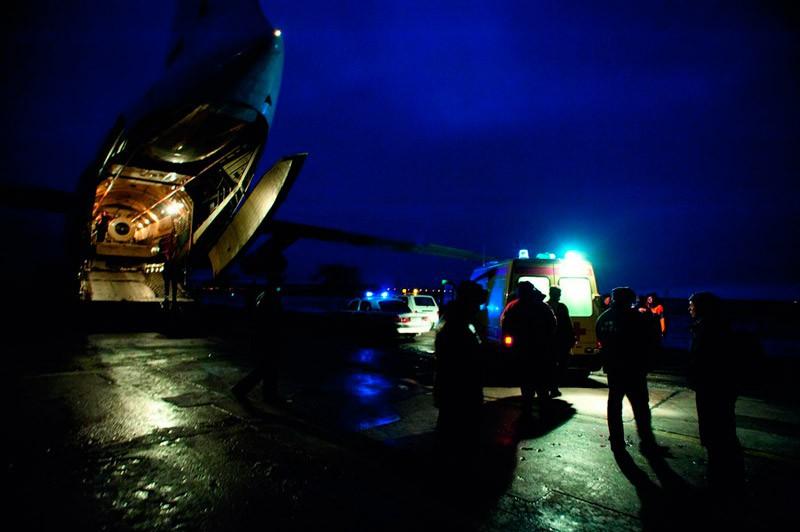 Іл-76 МНС Росії з відкинутою апареллю і мобільного барокамерою всередині на аеродромі в Мінеральних Водах