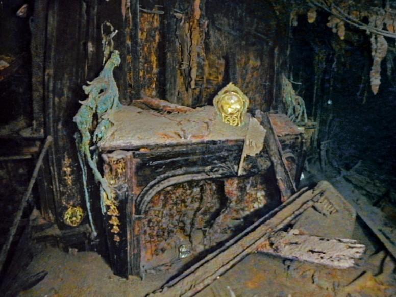 Золочені годинник над каміном в апартаментах Штраусів