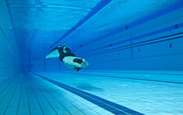 Фрідайвер тренується в басейні