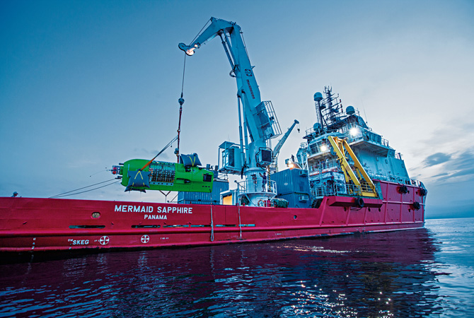 Кран спускає на воду батискаф Deepsea Challenger