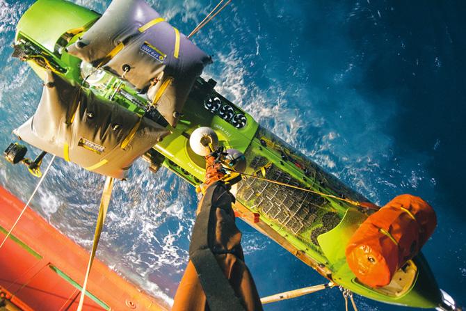 Deepsea Challenger піднімають на палубу корабля