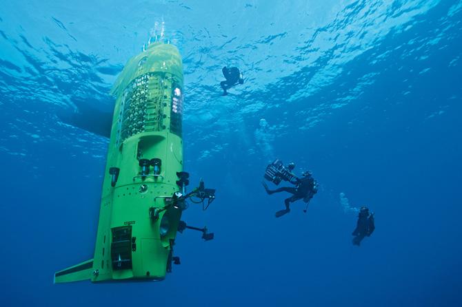 Водолази записують на 3D-камеру тестове занурення батискафа Challenger